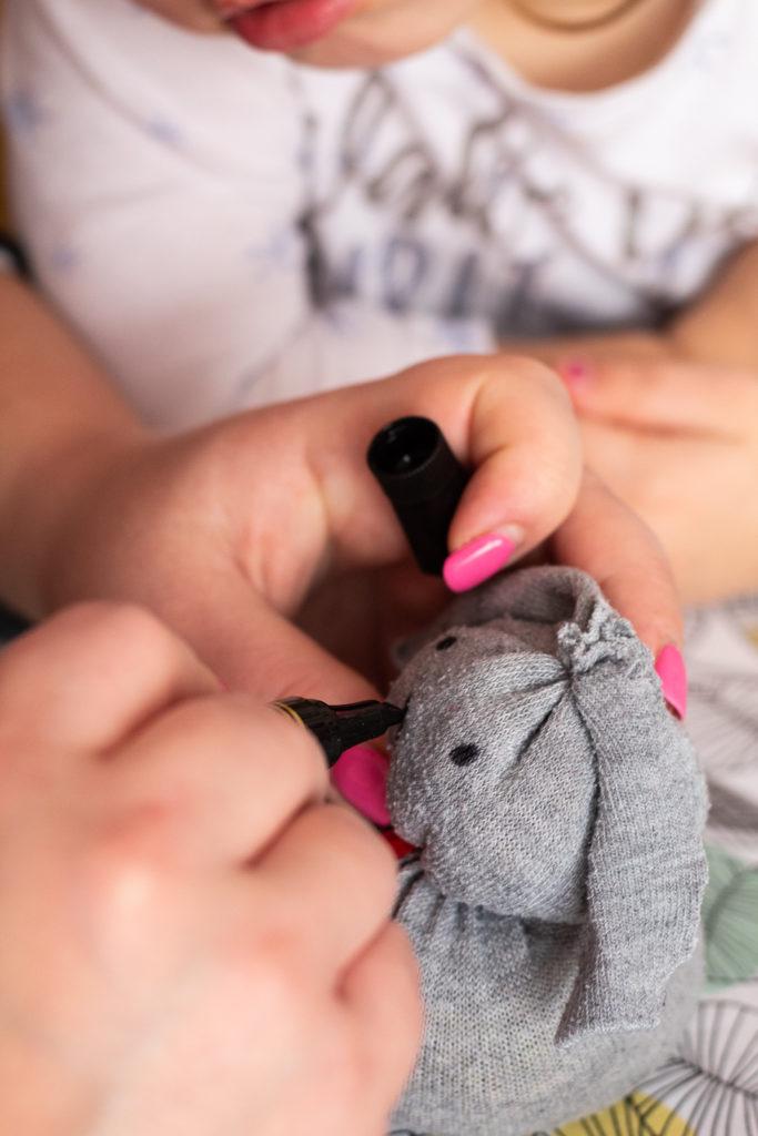 malowania zajączkowi oczu i noska markerem