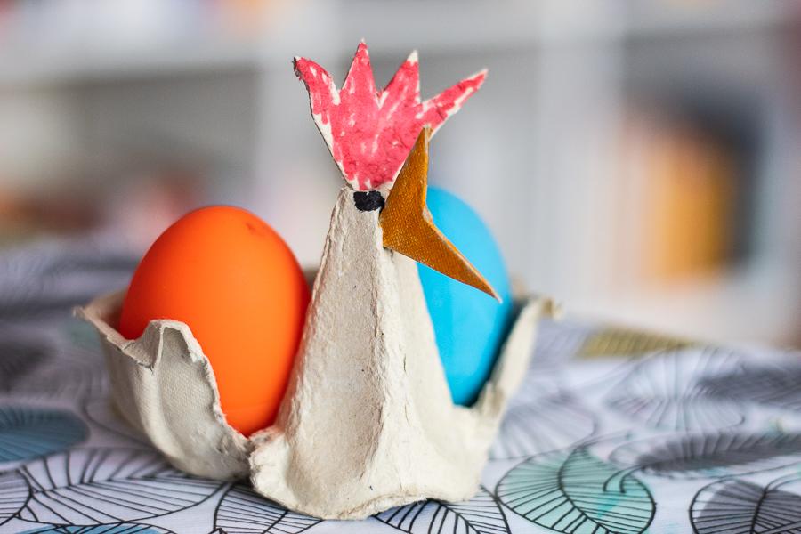 Kura z opakowania po jajkach